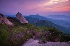 Ajardine em Coreia, nascer do sol em montanhas de Bukhansan Fotos de Stock