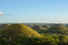 Ajardine em Filipinas, por do sol sobre os montes do chocolate na ilha de Bohol Fotografia de Stock