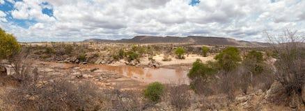 Ajardine em Kenya com um rio e as montanhas Foto de Stock Royalty Free