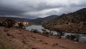 Ajardine em Marrocos, com uma casa e um rio no Anti-atlas Foto de Stock Royalty Free