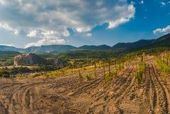 Ajardine em montanhas crimeanas perto da vila pequena de Krasnokamianka Imagem de Stock