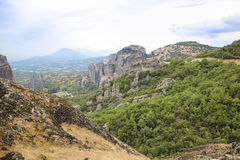 Ajardine em Monte Athos em Grécia, com rochas, madeiras e o céu azul Fotos de Stock Royalty Free