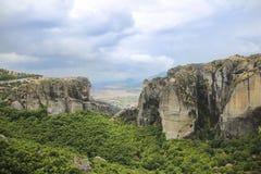 Ajardine em Monte Athos em Grécia, com rochas, madeiras e o céu azul Imagem de Stock