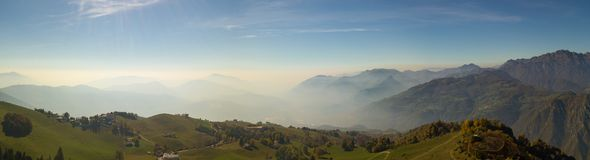 Ajardine em montes e em montanhas de Orobie com umidade no ar e na poluição Foto de Stock