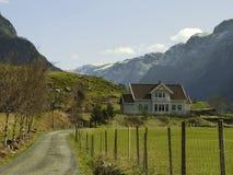 Ajardine em Noruega com a casa no vale profundo Imagem de Stock Royalty Free