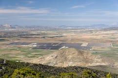 Ajardine em qual uma exploração agrícola solar fotovoltaico é vista fotografia de stock royalty free