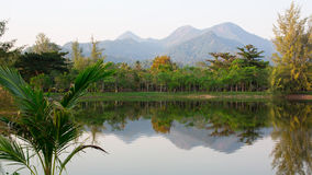 Ajardine em Tailândia, nas montanhas e no lago nave Imagem de Stock