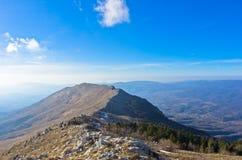 Ajardine em torno da montanha Rtanj em um dia ensolarado Fotos de Stock