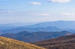 Ajardine em torno da montanha Rtanj em um dia ensolarado Imagens de Stock Royalty Free