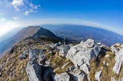 Ajardine em torno da montanha Rtanj em um dia ensolarado Foto de Stock