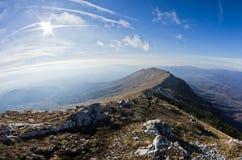 Ajardine em torno da montanha Rtanj em um dia ensolarado Imagem de Stock