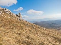 Ajardine em torno da montanha Rtanj em um dia ensolarado Foto de Stock Royalty Free