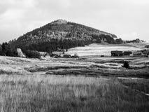 Ajardine em torno da vila de Jizerka e da montanha de Bukovec em República Checa Imagens de Stock Royalty Free