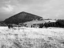 Ajardine em torno da vila de Jizerka e da montanha de Bukovec em República Checa Foto de Stock Royalty Free