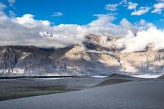 Ajardine em torno das dunas de areia de Hunder no vale de Nubra, Ladakh, Índia Fotos de Stock Royalty Free