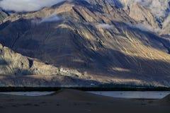 Ajardine em torno das dunas de areia de Hunder no vale de Nubra, Ladakh, Índia Imagem de Stock Royalty Free