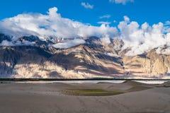 Ajardine em torno das dunas de areia de Hunder no vale de Nubra, Ladakh, Índia Foto de Stock