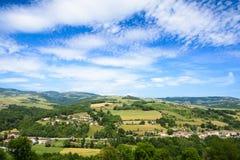 Ajardine em torno das vilas de Ternand e de Letra no Beaujolais Fotos de Stock Royalty Free