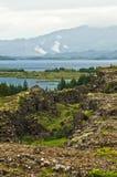 Ajardine em torno do lago Thingvallavatn no parque nacional de Thingvellir Fotos de Stock Royalty Free