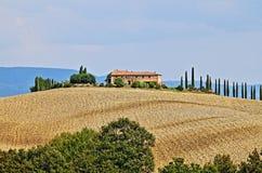 Ajardine em Toscânia com casa de campo e cipress luxuosos Imagens de Stock
