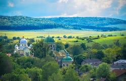 Ajardine em Ucrânia ocidental com uma vista do Imagens de Stock Royalty Free