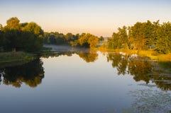 Ajardine em um rio de Vorskla na manhã do verão em Ucrânia Fotos de Stock