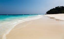 Ajardine em um Sandy Beach a ilha em Tailândia Imagem de Stock