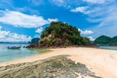 ajardine em uma ilha com montanhas e as rochas bonitas Imagem de Stock Royalty Free