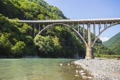 Ajardine en Abjasia con el puente de piedra sobre el río fotografía de archivo libre de regalías