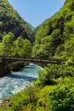 Ajardine en Abjasia con el puente de piedra sobre el río foto de archivo libre de regalías