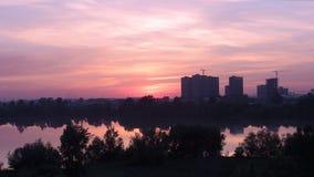Ajardine en la puesta del sol con las vistas del río almacen de metraje de vídeo