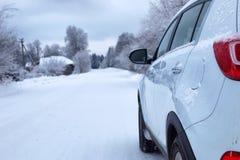 Ajardine a estrada na floresta do inverno com coberto de neve Fotos de Stock Royalty Free