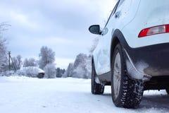 Ajardine a estrada na floresta do inverno com coberto de neve Fotos de Stock
