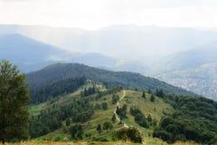 Ajardine a estrada nacional que conduz às montanhas na perspectiva Fotografia de Stock
