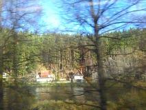 Ajardine fora da janela de um trem movente Imagens lubrificadas devendo apressar-se Fotografia de Stock