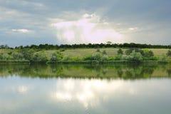 Ajardine fores e céu do rio da beleza da natureza do verão Foto de Stock Royalty Free