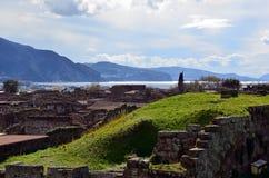 Ajardine a foto cênico da escavação Italia de Pompeia ao oceano Fotos de Stock
