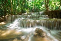 Ajardine a foto da cachoeira bonita na floresta úmida, Huay Mae Imagem de Stock Royalty Free