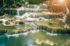 Ajardine a foto da cachoeira bonita na floresta úmida, Huay Mae K Fotos de Stock Royalty Free