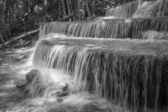 Ajardine a foto da cachoeira bonita na floresta úmida, Huay Mae K Imagem de Stock