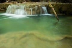 Ajardine a foto da cachoeira bonita na floresta úmida, Huay Mae K Foto de Stock