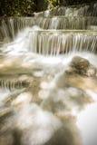 Ajardine a foto da cachoeira bonita na floresta úmida, Huay Mae K Imagem de Stock Royalty Free