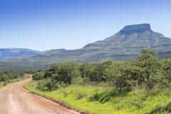 Ajardine a foto da montanha em um dia de verão quente com bro do enrolamento Imagem de Stock Royalty Free