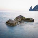 Ajardine a foto das rochas no mar no por do sol Imagens de Stock Royalty Free