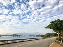 Ajardine a fotografia, barco, lago, estrada com nuvem dramatric Imagens de Stock