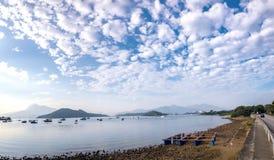 Ajardine a fotografia, barco, lago, estrada com nuvem dramatric Fotografia de Stock Royalty Free
