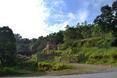Ajardine a fotografia com cerca velha e o céu azul Fotografia de Stock