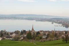 Ajardine a fotografia da cidade pequena Zug perto do lago na manhã em Suíça Imagem aérea da cidade de Zug Imagens de Stock