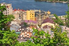 Ajardine a fotografia de Kyiv's muitos telhados com antenas parabólicas Imagem de Stock Royalty Free