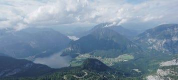 Ajardine a grama e balance-a na montanha com opinião do lago em Hallstatt Foto de Stock